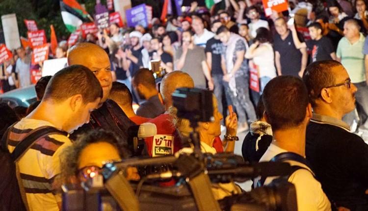 שפע אנשי תקשורת מול המפגינים – חיפה – המושבה הגרמנית (צילום – ירון כרמי)