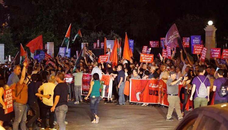 מפגינים פרו פלסטינים בצידה השמאלי של הקבוצה (צילום – ירון כרמי)