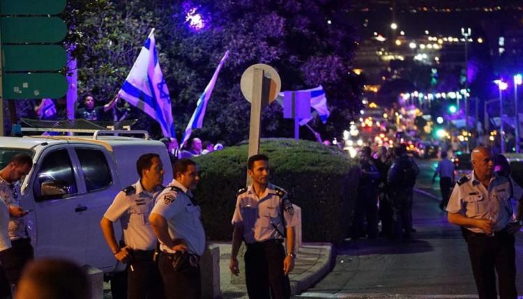 צמרת המשטרה חוצצת בין הקבוצות (צילום – ירון כרמי)