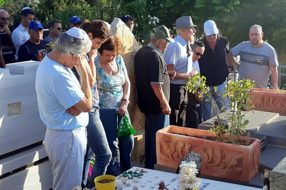 """בני משפחתו של אבי רן ז""""ל ליד קיברו באזכרה. (צילום: אדיר יזירף)"""