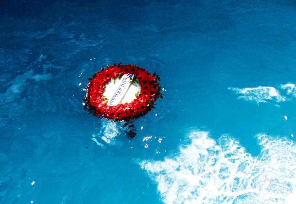 """זר לזכר הנופלים בהפלגה של בני המשפחות לאתר הטביעה של הדקר 2/11/1999 (צילום - ישראל בר-ישי ז""""ל)"""