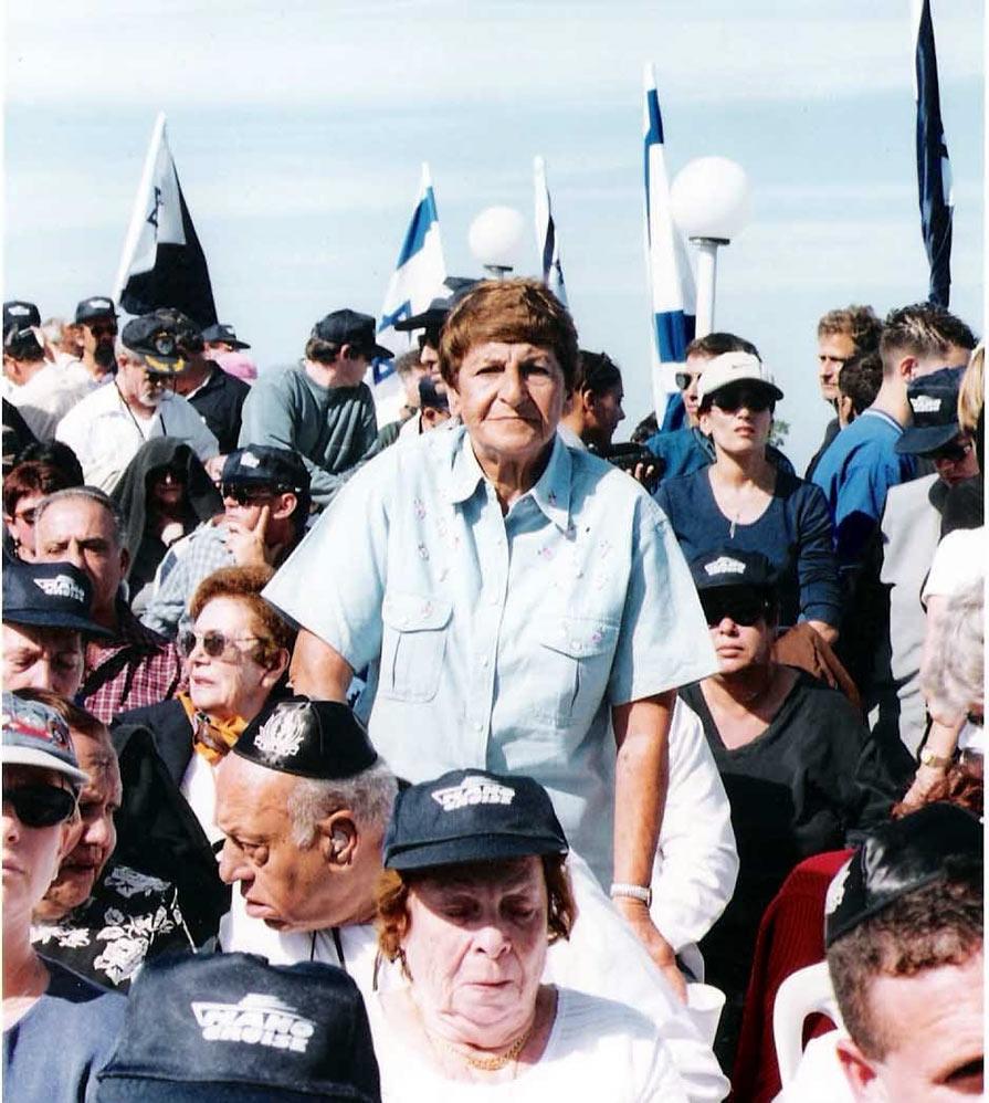 """לוסי פרחי (אמו של יוסי ז""""ל) בהפלגה של בני המשפחות לאתר הטביעה של הדקר 2/11/1999 (צילום - ישראל בר-ישי ז""""ל)"""