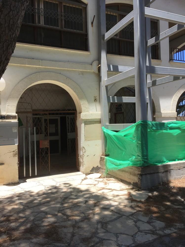 הכניסה לספריית מיינץ שנשרפה. מימין פיר המעלית העומד כשלב זמן רב ומעליו מועדון הקשישים שאינו מונגש