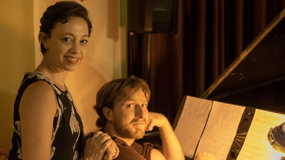 """הפסנתרן חגי קשת וקרן צור - ההצגה """"אהובת הדרקון"""" בתאטרון הסטודיו - אוגוסט 2018 (צילום - ירון כרמי)"""
