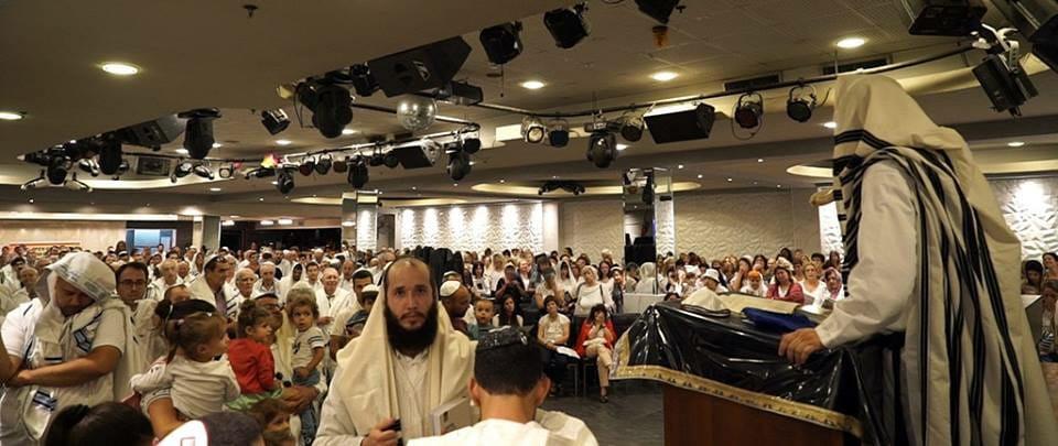 יום כיפור באולם אורנים בחיפה עם הרב יהודה גינזבורג (צילום: ירון כרמי)
