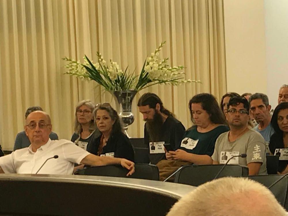 פעילים תושבי הדר בישיבת מועצת העיר חיפה (צילום: סמר עודה)