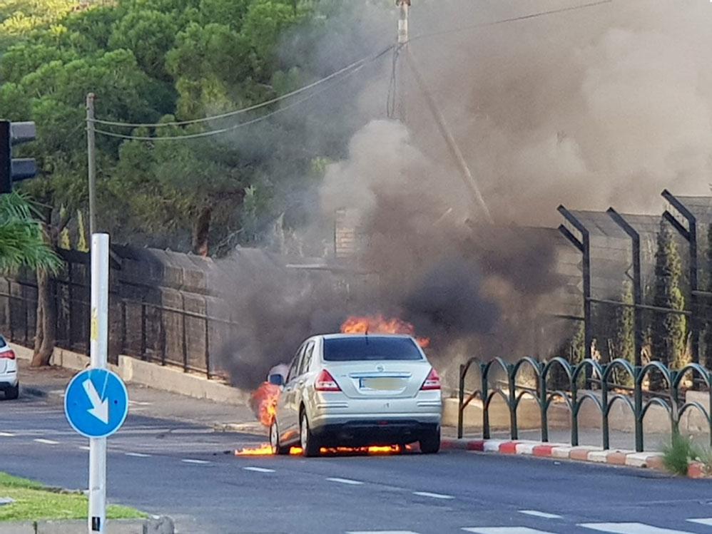 רכב עולה באש ברחוב טשרניחובסקי בחיפה - כמה שניות לאחר תחילת הבעירה 21/9/2018 (צילום: חי פה)