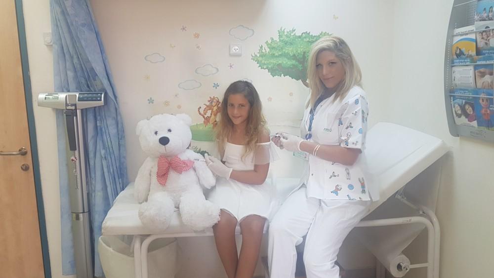 דנה כץ מחסנת את הבת שלה