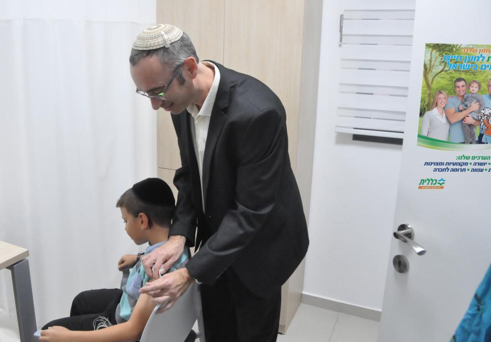 דר יעקב גניזי מחסן ילד נגד השפעת(צילום כללית)