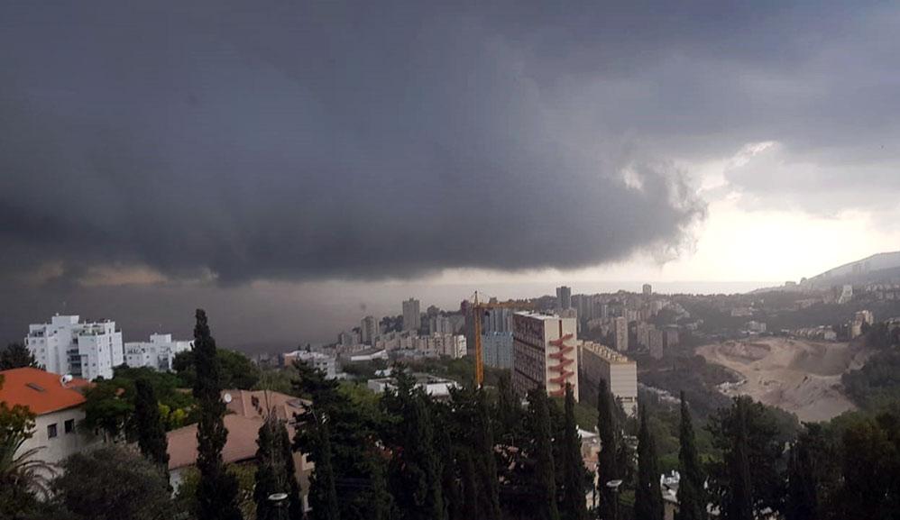 ענני גשם מעל הכרמל - קוראי חי פה מצלמים את היורה בחיפה - מטחי גשם, הצפות וברקים - 21/10/2018 (צילום: עדי פראטי)