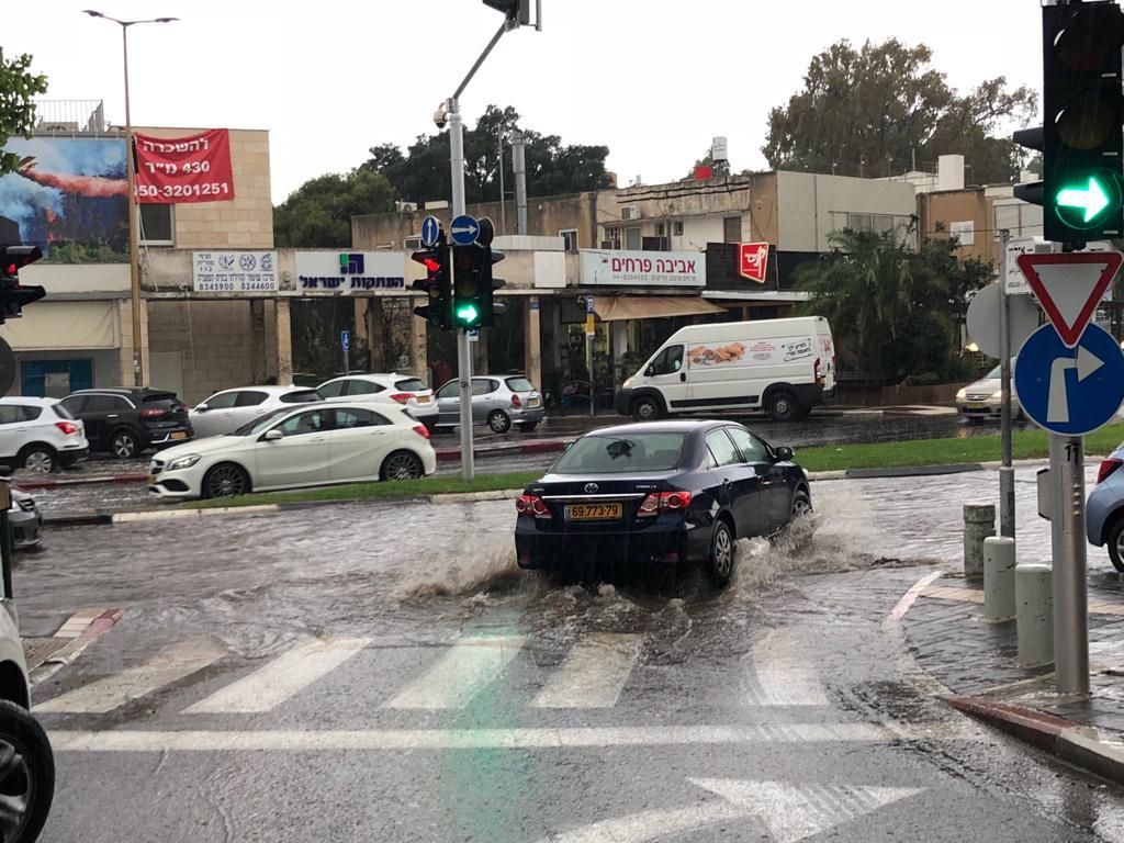 היורה בכיכר ספר - קוראי חי פה מצלמים את היורה בחיפה - מטחי גשם, הצפות וברקים - 21/10/2018 (צילום: איתן רייזברג)