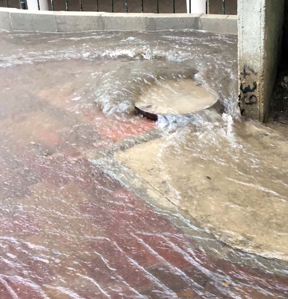ניקוז קורס ברחוב מסדה - קוראי חי פה מצלמים את היורה בחיפה - מטחי גשם, הצפות וברקים - 21/10/2018 (צילום: חיים כהן)