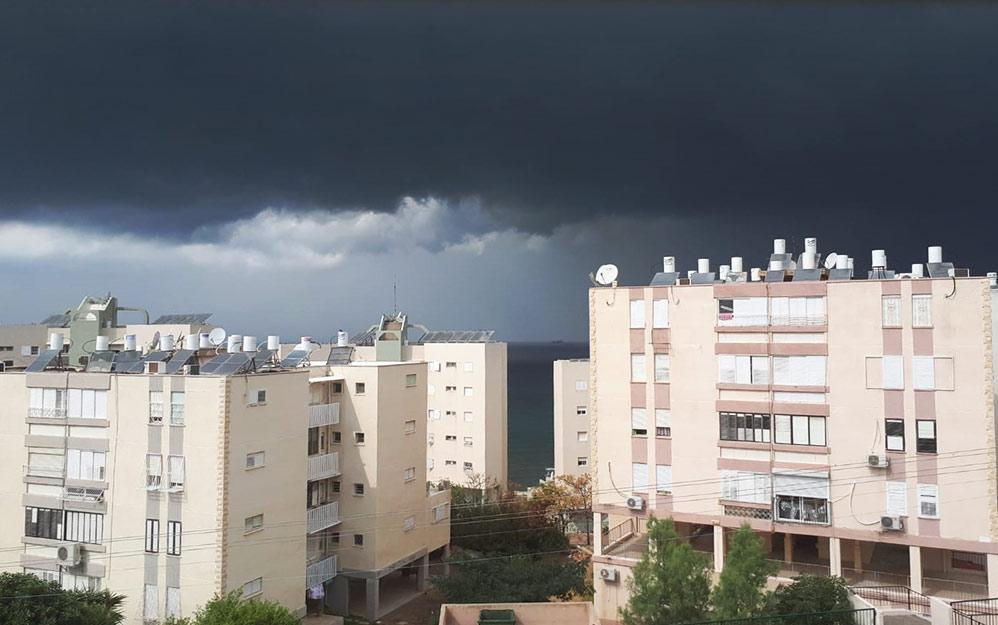 סערת גשם מתקרב לחופי חיפה. צילום מקריית שפרינצק 25/10/2018 (צילום: אילנה שוורץ)