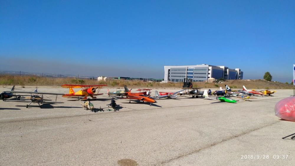 מטוסי סילון זעירים במטס ההצדעה לזכר הרוגי אסון המסוק ברומניה (צילום: ירון חנן)