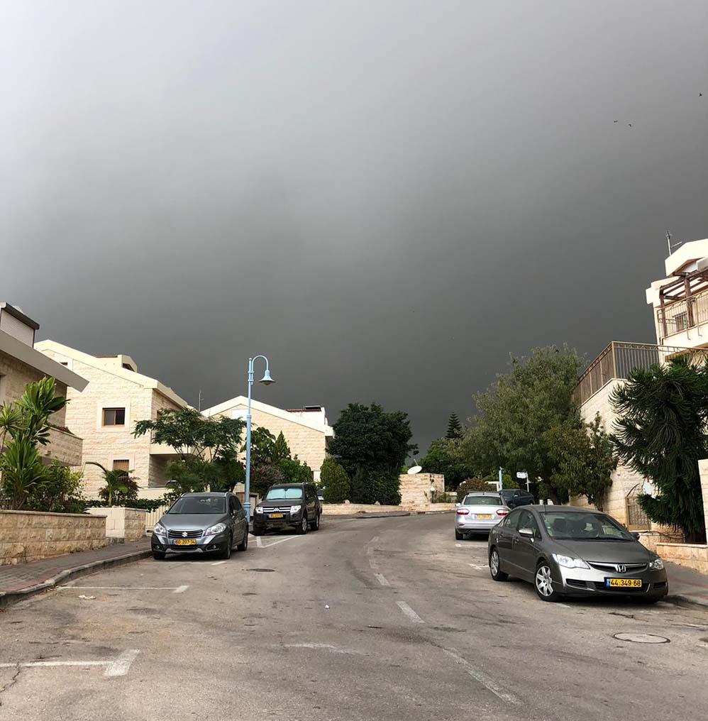 עננים של גשם - קוראי חי פה מצלמים את היורה בחיפה - מטחי גשם, הצפות וברקים - 21/10/2018 (צילום: לירן מרקדו)