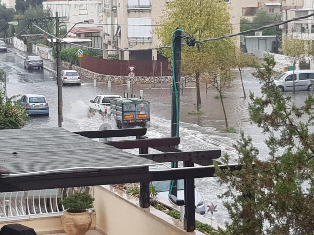 הצפות בקריית חיים - קוראי חי פה מצלמים את היורה בחיפה - מטחי גשם, הצפות וברקים - 21/10/2018 (צילום: מקס שוסטרמן)