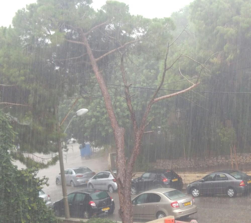 """רח' קרית ספר ליד ריאלי """"השלולית העונתית"""" - קוראי חי פה מצלמים את היורה בחיפה - מטחי גשם, הצפות וברקים - 21/10/2018 (צילום: מירי איל)"""
