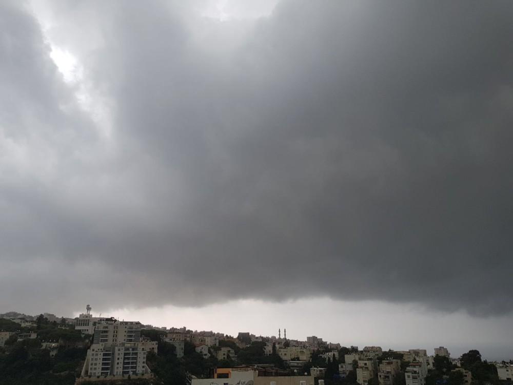 מבט מרמת התישבי דרומה קוראי חי פה מצלמים את היורה בחיפה - מטחי גשם, הצפות וברקים - 21/10/2018 (צילום: נילי בנו)