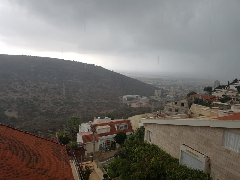 מבט מדניה לטירת כרמל - קוראי חי פה מצלמים את היורה בחיפה - מטחי גשם, הצפות וברקים - 21/10/2018 (צילום: אלכסנדר צ'ימריס)