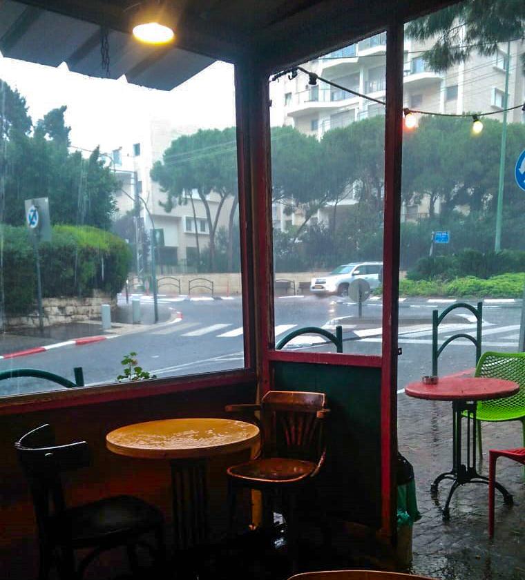 שתיים סוכר - קוראי חי פה מצלמים את היורה בחיפה - מטחי גשם, הצפות וברקים - 21/10/2018 (צילום: עופר מרקמן)