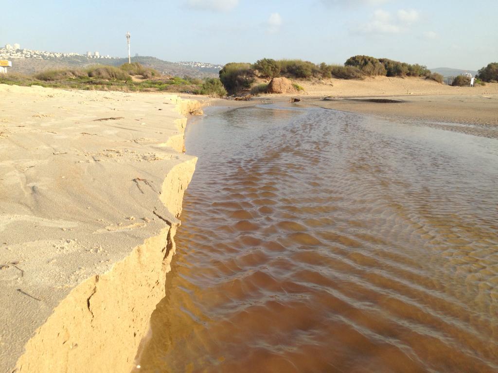 זרימת נחל גלים בחוף הסטודנטים - קוראי חי פה מצלמים את היורה בחיפה - מטחי גשם, הצפות וברקים - 21/10/2018 (צילום: פנינה צימרמן)