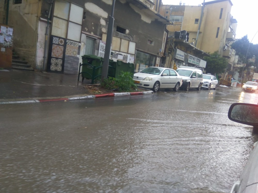 הצפה ברחוב הרצל - קוראי חי פה מצלמים את היורה בחיפה - מטחי גשם, הצפות וברקים - 21/10/2018 (צילום: סמיון נמירובסקי)