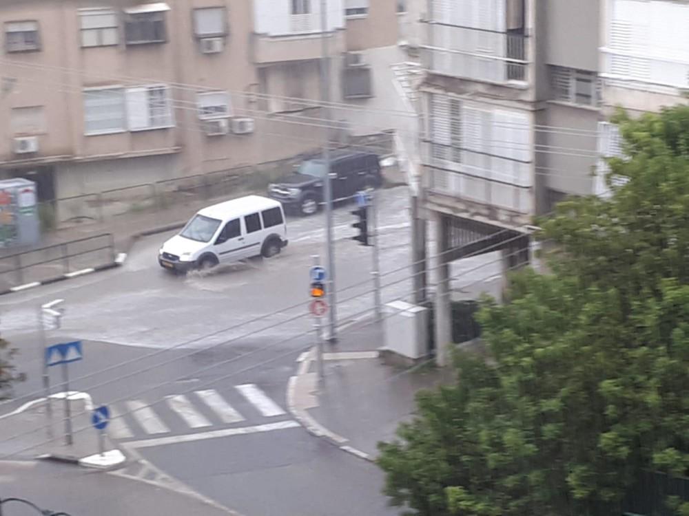 הצפה ברחוב גאולה - קוראי חי פה מצלמים את היורה בחיפה - מטחי גשם, הצפות וברקים - 21/10/2018 (צילום: שלמה גרוס)