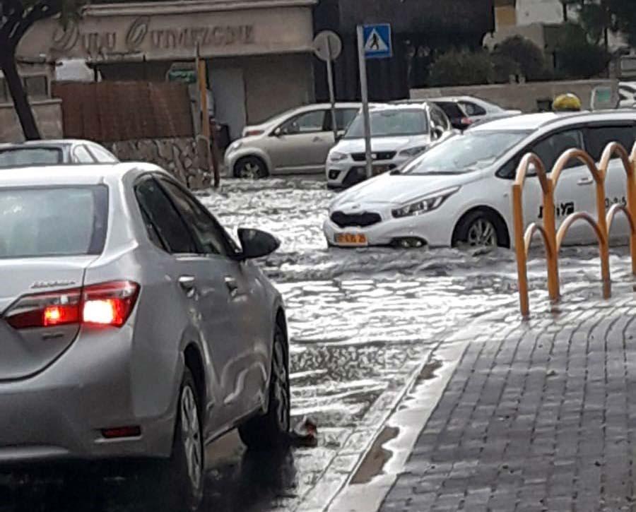 אגם בקריית מוצקין - קוראי חי פה מצלמים את היורה בחיפה - מטחי גשם, הצפות וברקים - 21/10/2018 (צילום: שמואל ואנו)