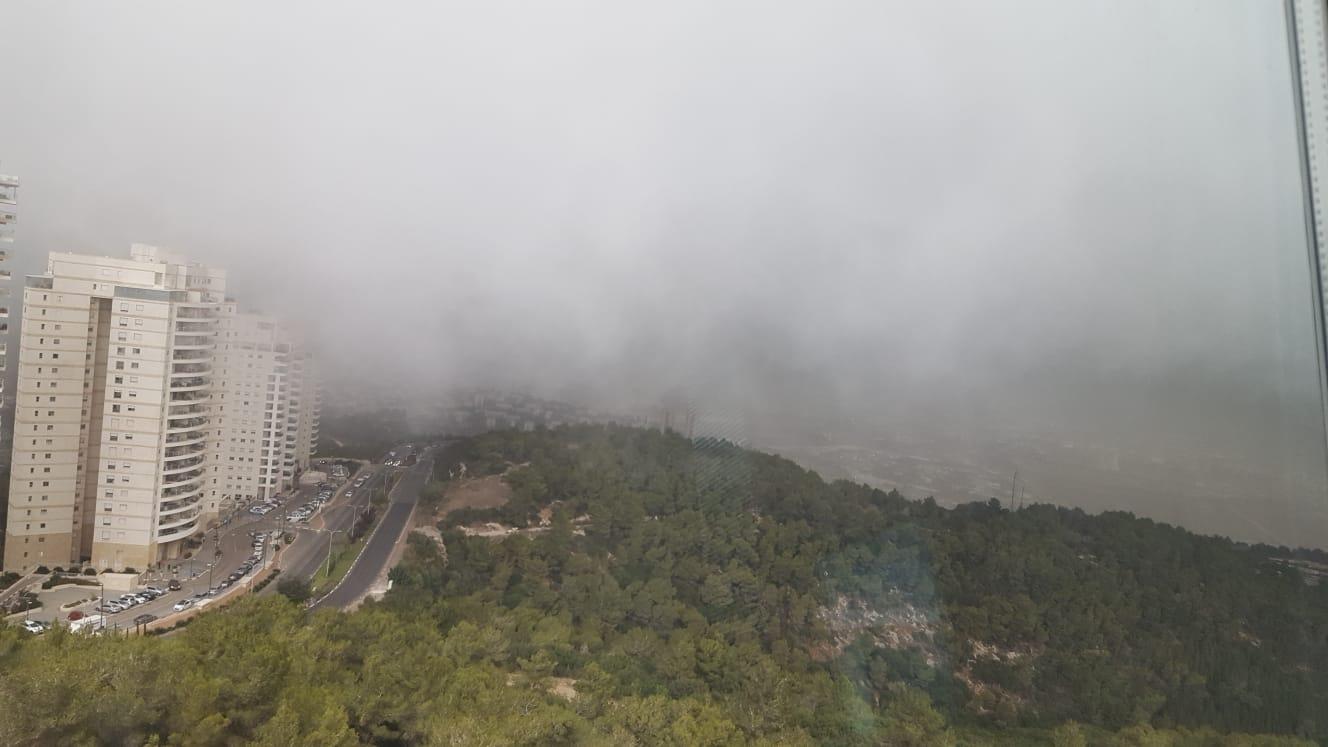 הכרמל מעונן - קוראי חי פה מצלמים את היורה בחיפה - מטחי גשם, הצפות וברקים - 21/10/2018 (צילום: טניה וקסלר)