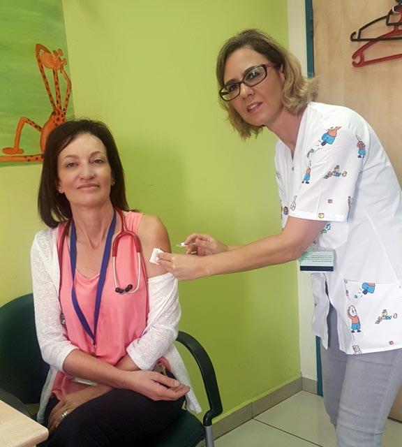 יהודית כהן מחסנת את דר מארי ברהום (צילום: הכללית)