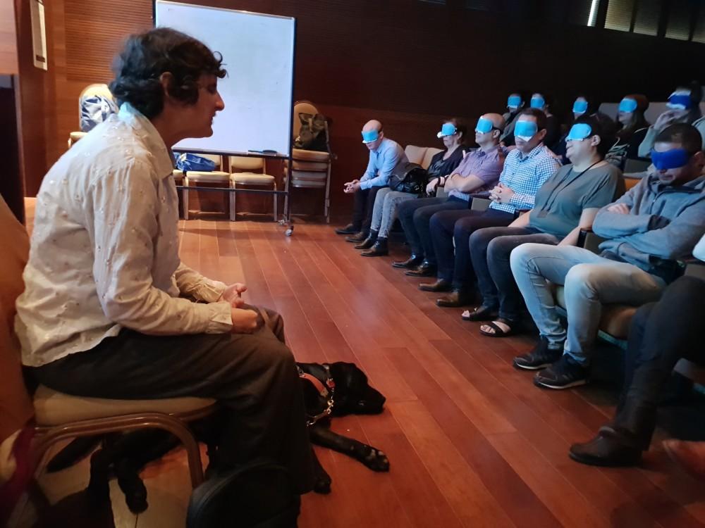 התנסות בעיוורון - הרצאה בפני עובדי חברת צים (צילום: מתנדבי נ.י.צ שהיו במיזם)