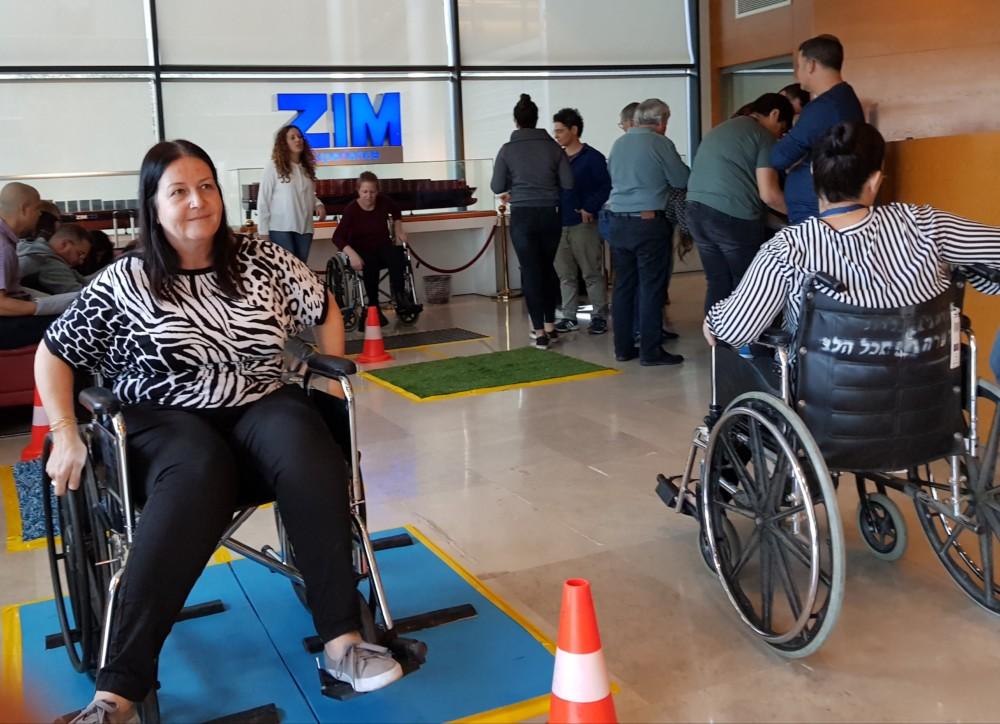 עובדי צים מתנסים בכסאות גלגלים (צילום: מתנדבי נ.י.צ שהיו במיזם)