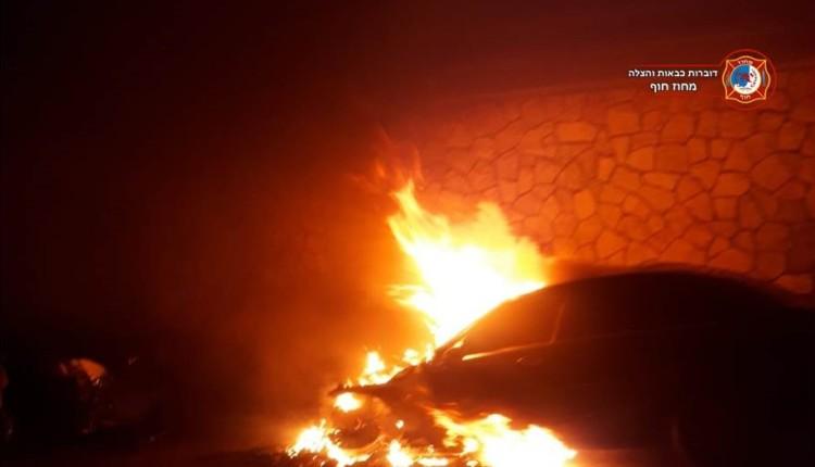 רכב עלה באש בחניה ברחוב עבאס בחיפה - חשד להצתה - 06/11/2018 (צילום: כבאות והצלה - מחוז חוף)