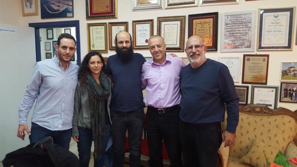 פעילי סביבה במשרדו של אכרם חסון (צילום: מנשה שמש)
