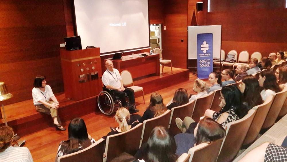 הרצאה בפני עובדי חברת צים בנושא נגישות וקבלת השונה (צילום: מתנדבי נ.י.צ שהיו במיזם)