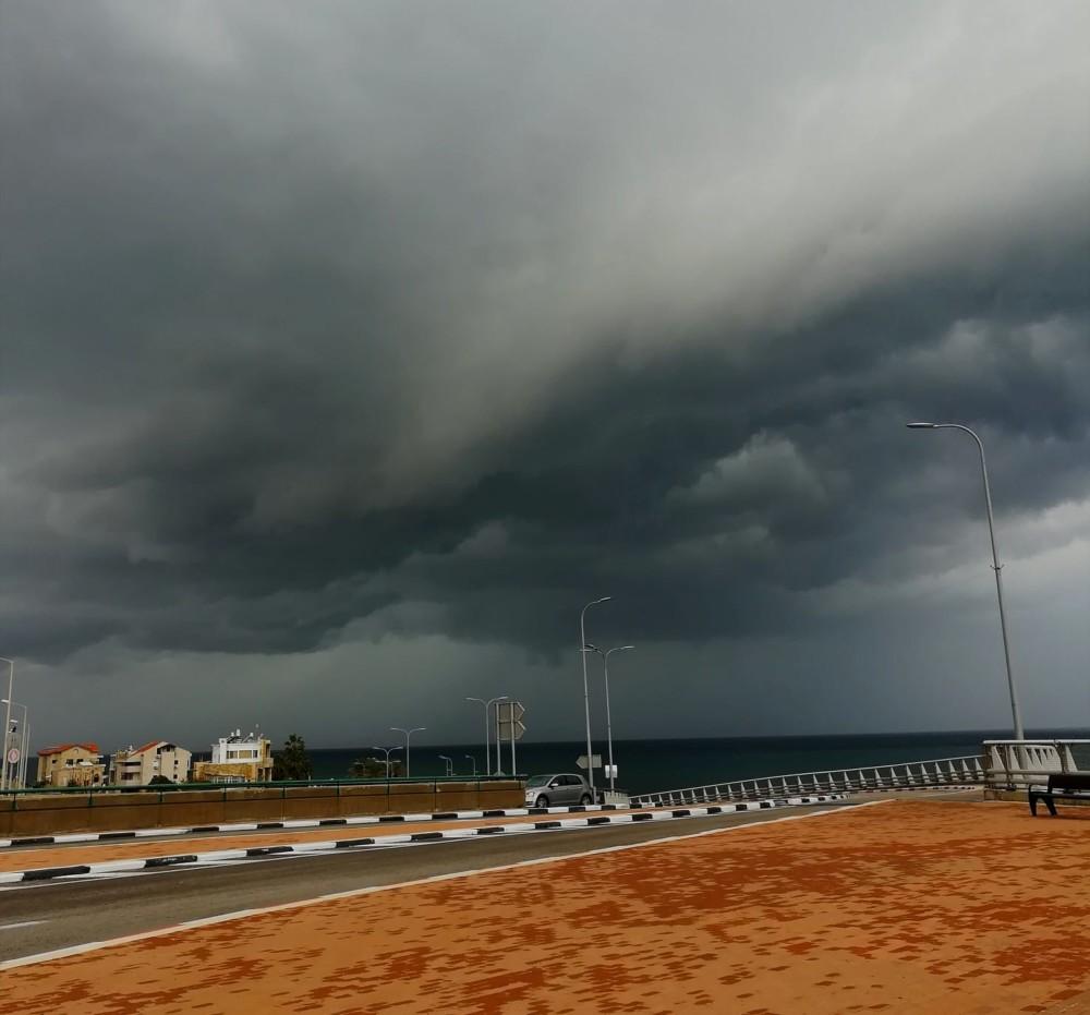 עננים כבדים מול חופי חיפה במערכת הגשם. צילום ממחלף אלנבי 24/11/2018 (צילום: לריסה טנדלר)