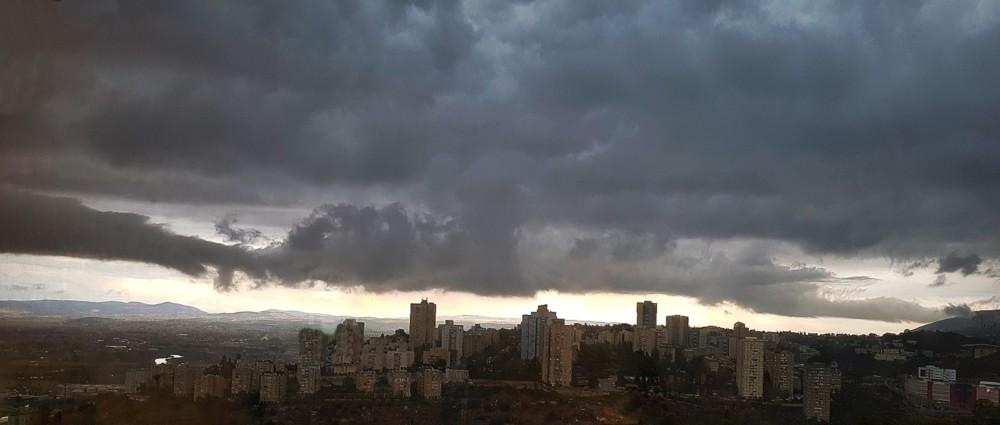 עננים כבדים מעל נווה שאנן במערכת הגשם 23/11/2018 (צילום: נילי בנו)