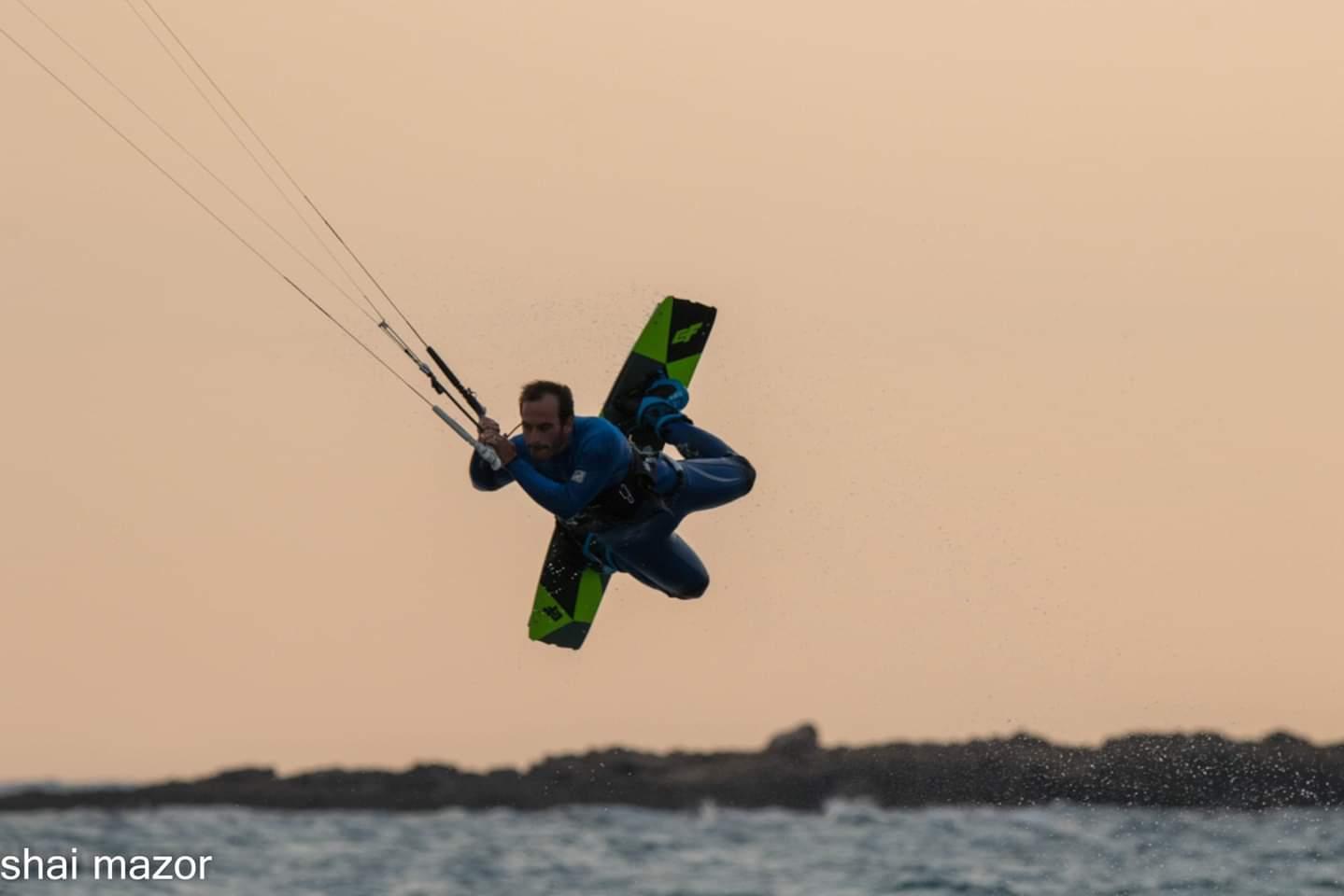 ארז חסידוב - גולשי הקייטסרפינג בחוף המבצר בעתלית במשב הרוח הצפונית 13/11/2018 (צילום: שי מזור)