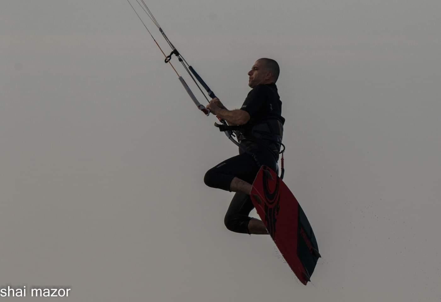 ג'וני הלון - גולשי הקייטסרפינג בחוף המבצר בעתלית במשב הרוח הצפונית 13/11/2018 (צילום: שי מזור)