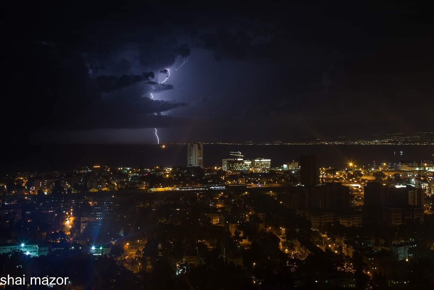 ברקים מעל מפרץ חיפה במערכת הגשם 22/11/2018 (צילום: שי מזור)