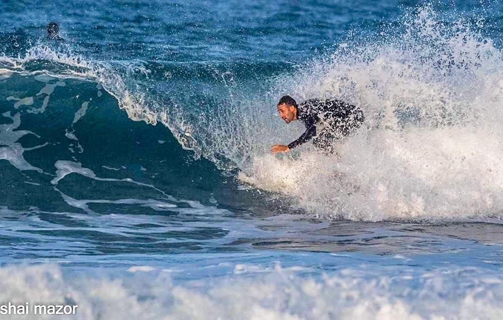 גלישת גלים בחיפה - חוף הריפים (לייד מסעדת מקסים) - 30/11/2018 (צילום: שי מזור)