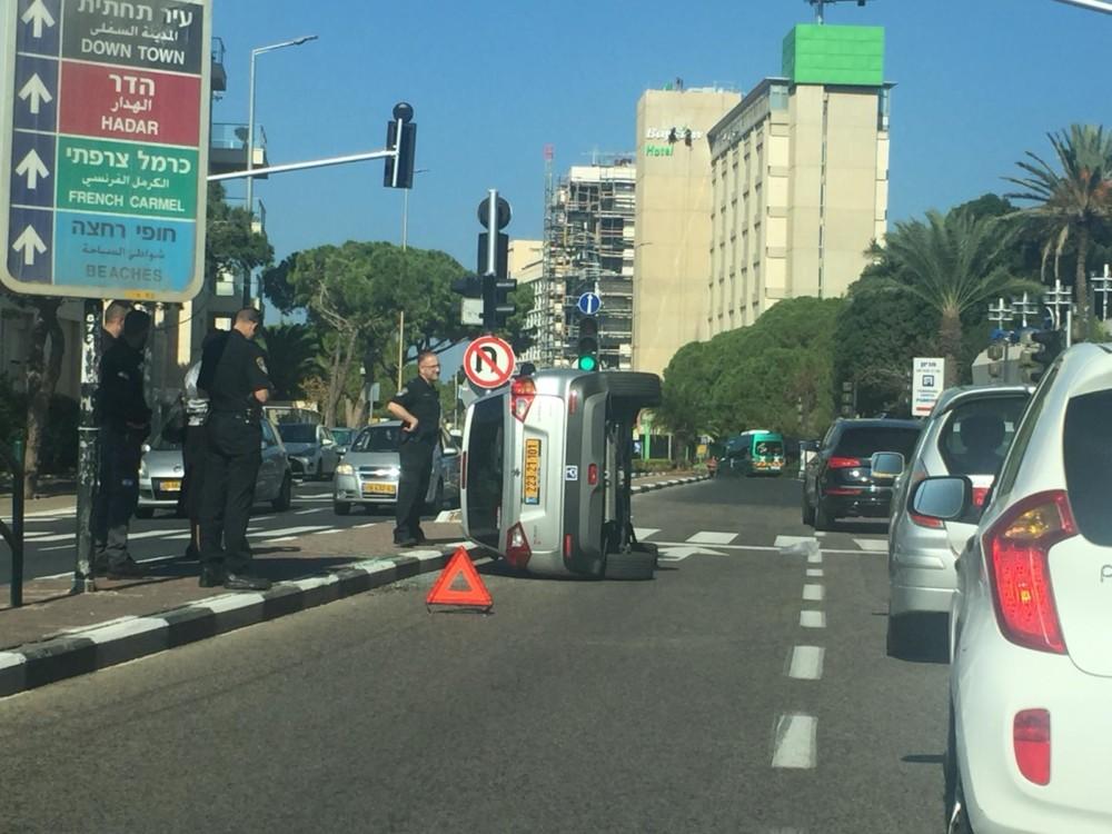 רכב התהפך בחיפה (צילום: גילה זמיר)