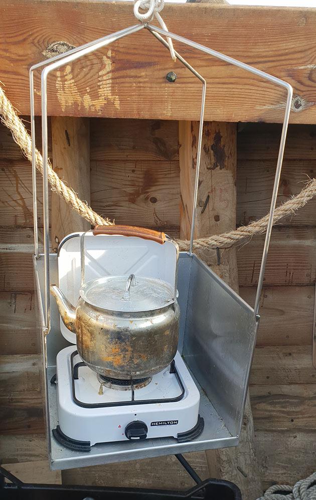 כלי בישול תלוי המאזן את עצמו בטלטלות הגלים - שייטי הכרמל חוצים את הים התיכון על הרפליקה היוונית מהמאה הרביעית לפני הספירה - מעגן מיכאל (צילום: יוחאי פלצור)
