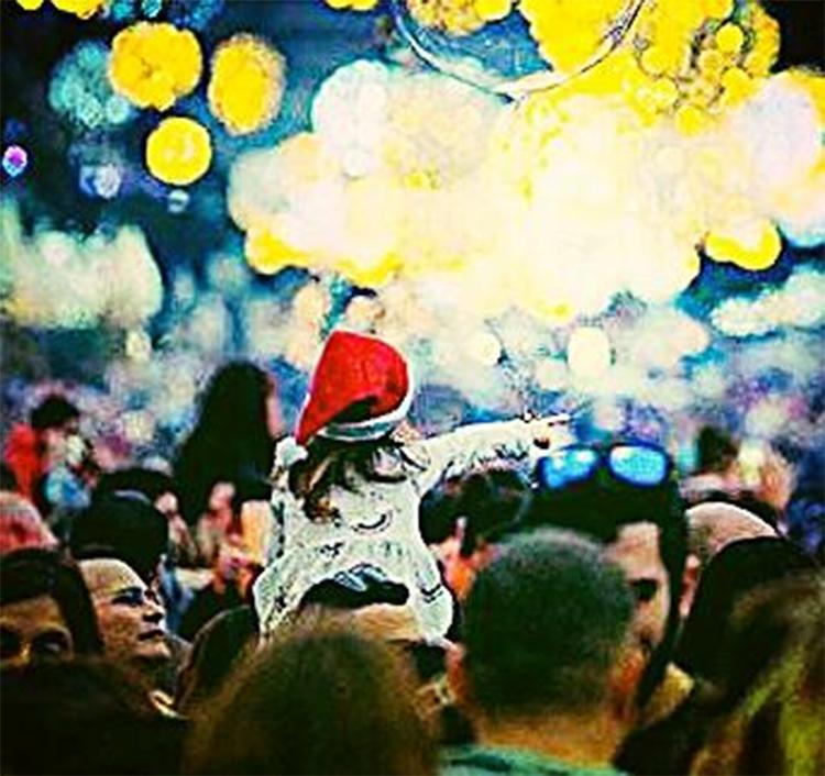ותמונה נוספת של כוכבת הכתבה - בעיבוד תמונה מאת אקי פלקסר - אמילי גור מתל אביב צופה על הקהל העצום בחג של החגים בחיפה מעל כתפי אביה (צילום: ירון כרמי)