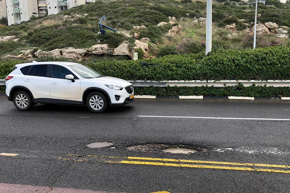 בור מסוכן בכביש בשדרות ההגנה בחיפה (צילום: ירון כרמי)