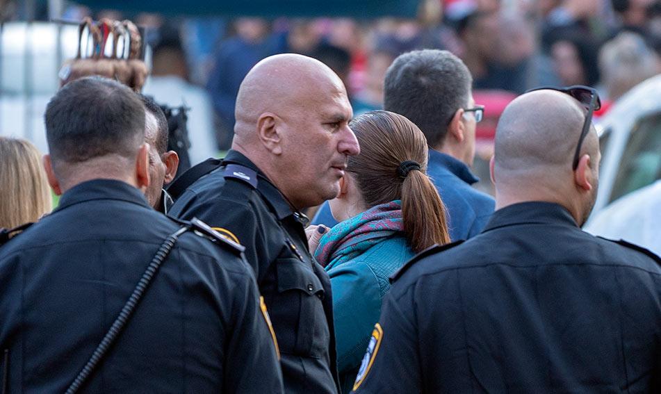 שלום שולימוביץ' - שוטר הסיור המצטיין - מאבטח את החג של החגים (צילום: ירון כרמי)