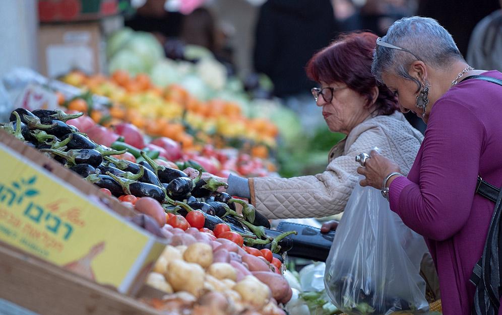 נשים קונות ירקות בואדי ניסנאס במהלך פסטיבל - החג של החגים - 22/12/2018 (צילום: ירון כרמי)