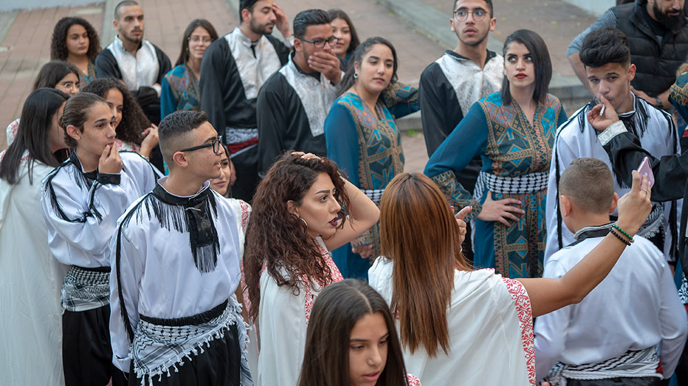 להקת ריקוד מסורתית מתארגנת למופע בפאתי המושבה הגרמנית - החג של החגים - 22/12/2018 (צילום: ירון כרמי)