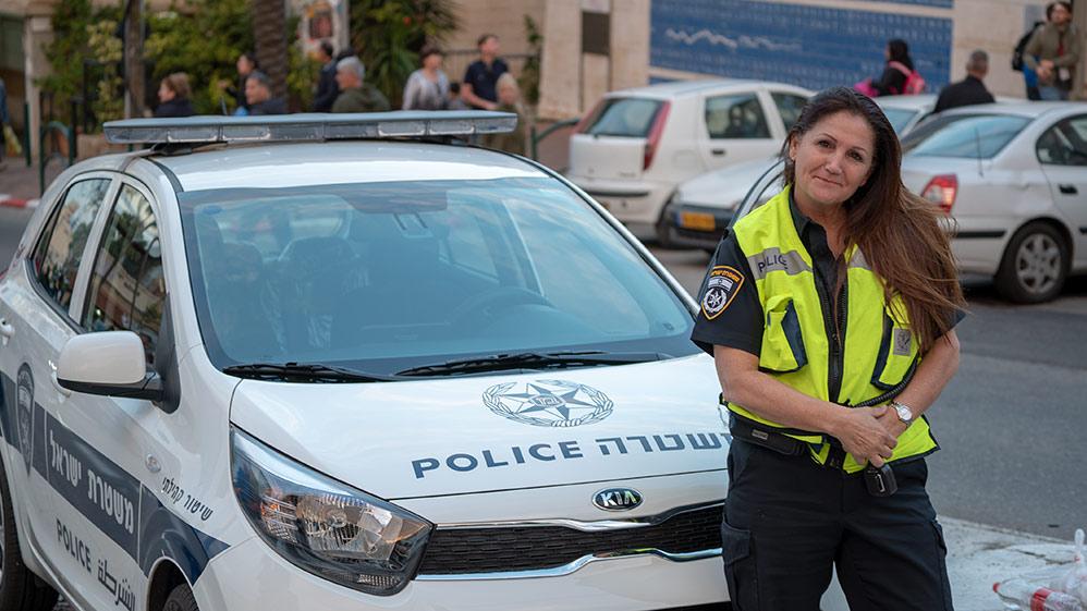 זיוה יוסקוביץ׳ השוטרת של שכונת שפרינצק (צילום: ירון כרמי)