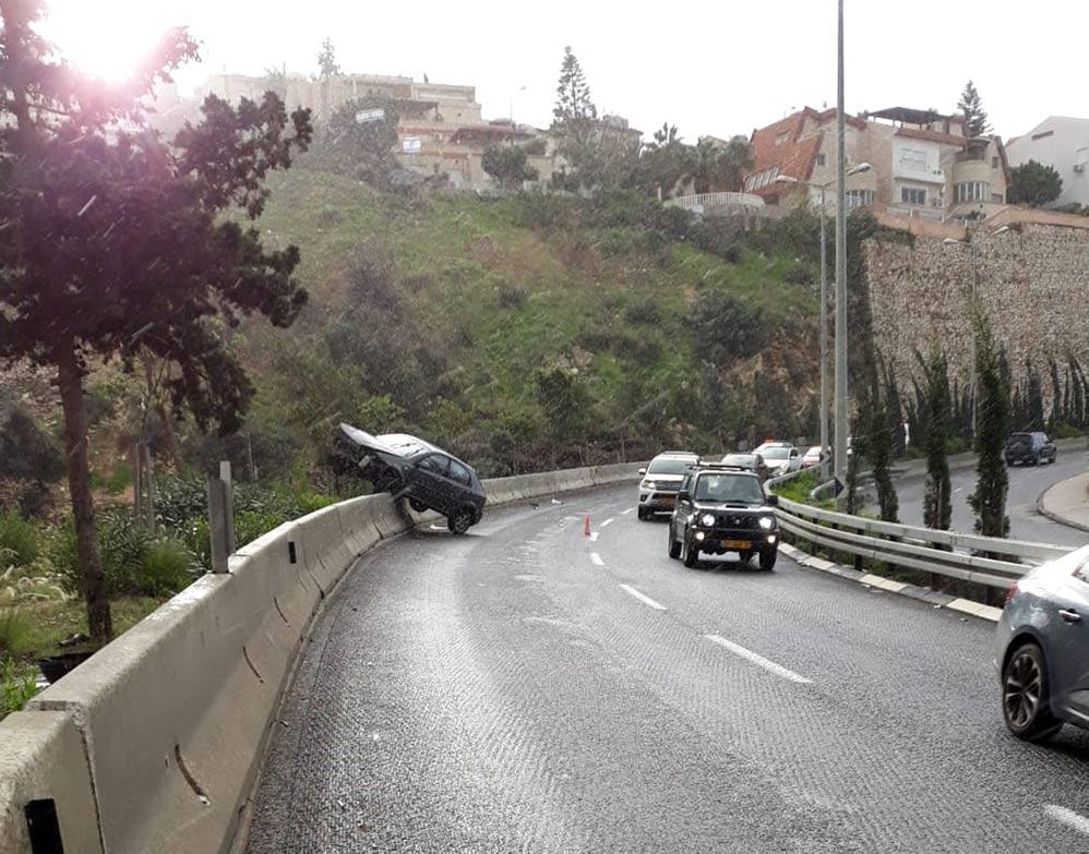תאונה בדרך פרויד - רכב החליק ועלה על מעקה הבטיחות (צילום: איחוד הצלה)